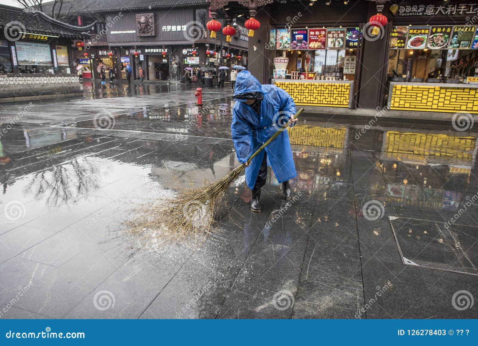 Reiniger im Regen