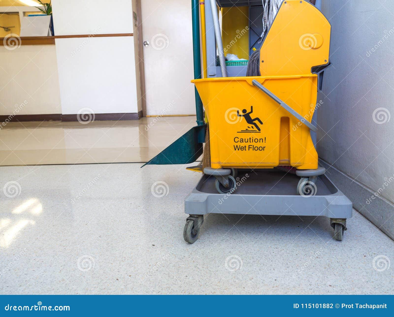Fußboden Im Krankenhaus ~ Reinigungswerkzeugwarenkorbwartung mädchen oder reiniger im
