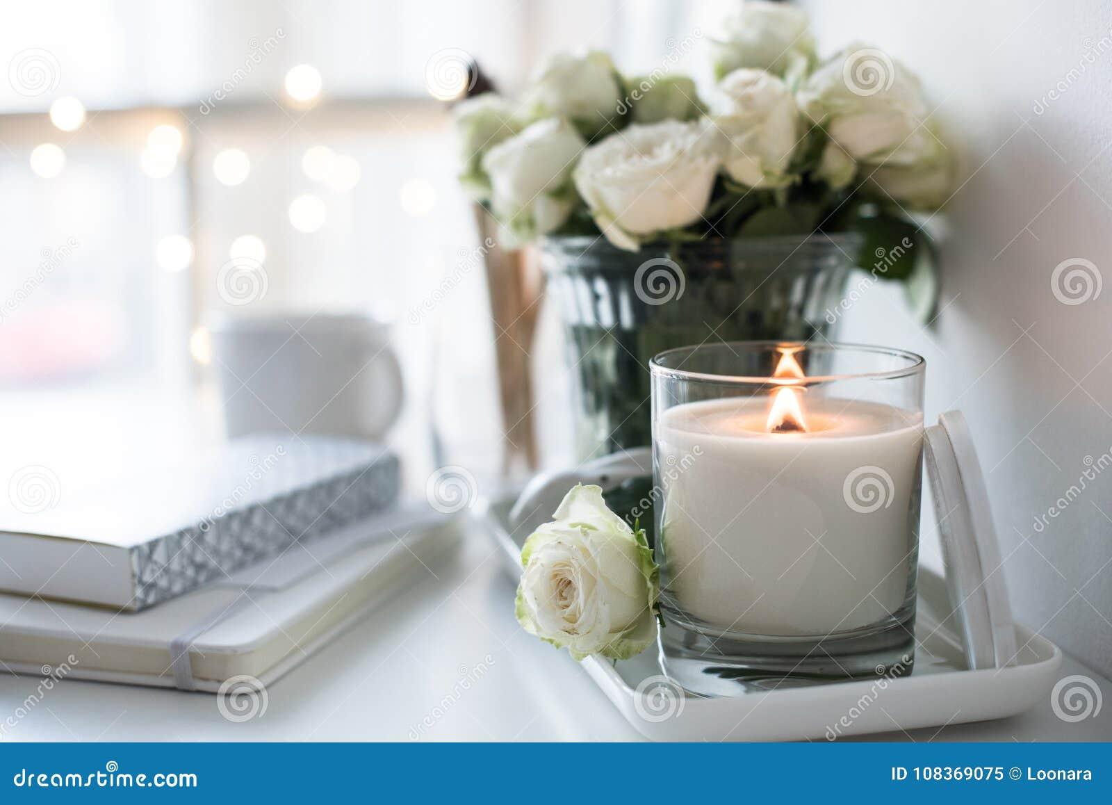 Reinrauminnendekor mit dem Brennen der handgemachten Kerze und des bouq