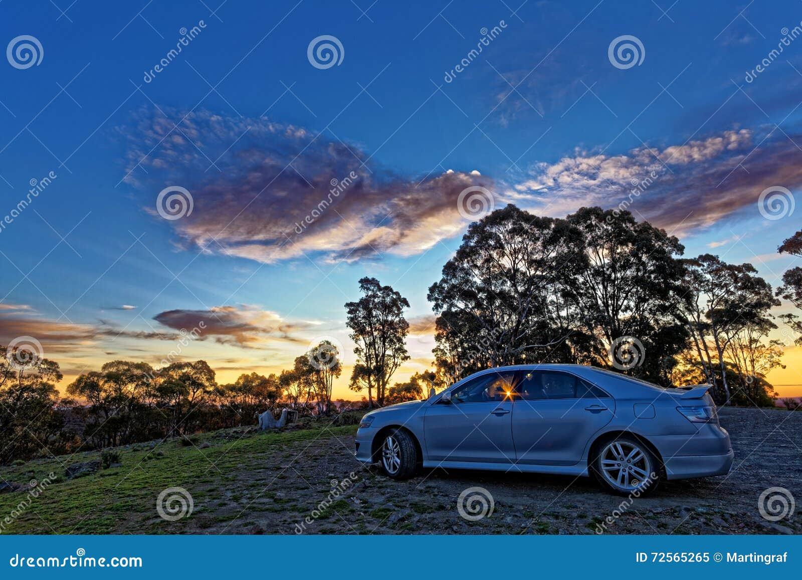 Reis Australisch platteland met auto door zonsonderganghemel HDR