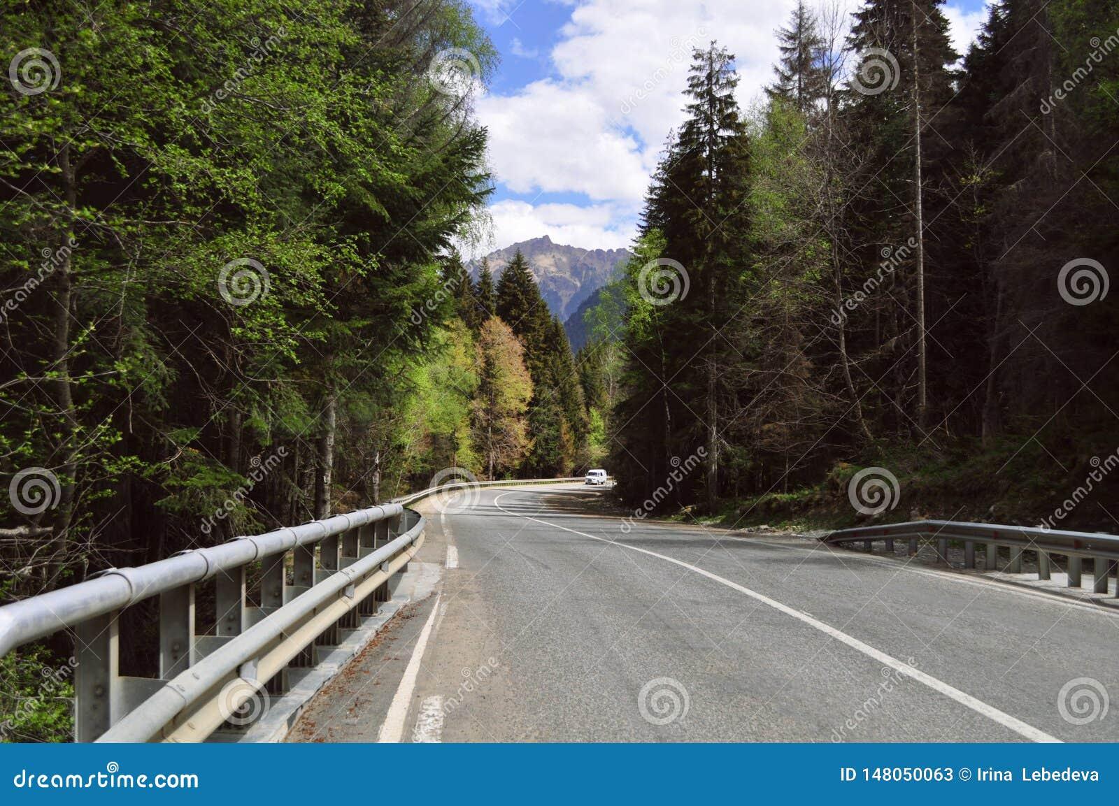 Reis in de zomer op de weg in een auto met een mooie mening van de bergen in Rusland, de Kaukasus