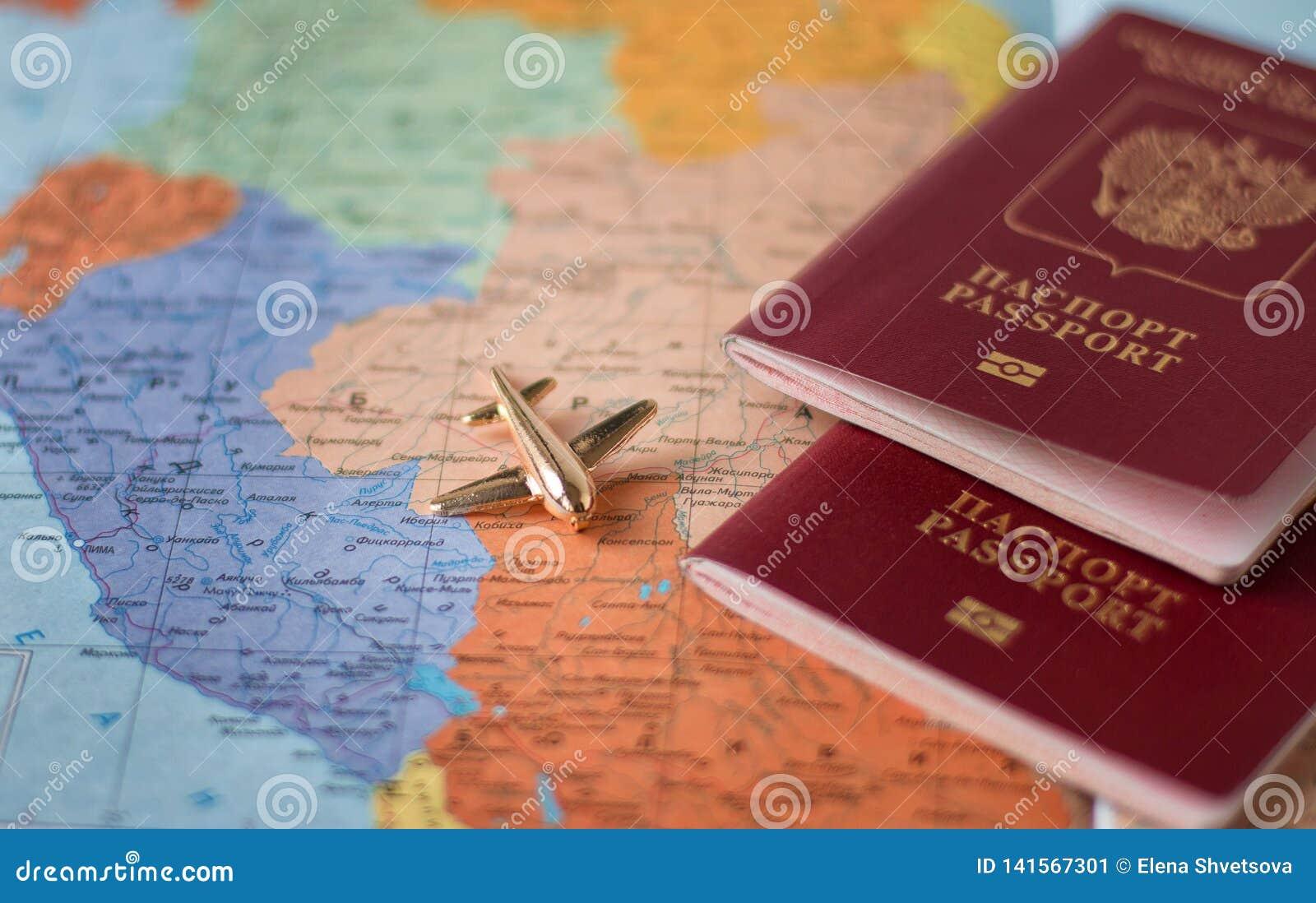 Reis en toerisme het concept met paspoort reist documenten, vliegtuig op de achtergrond van de wereldkaart
