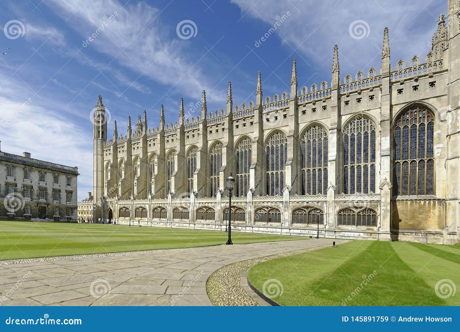 Reis Faculdade Capela Cambridge grupo exterior contra o céu azul do verão