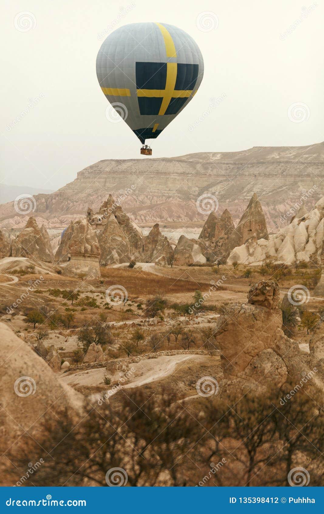 Reis Hete Luchtballon die boven Rotsvallei vliegen, Ballooning