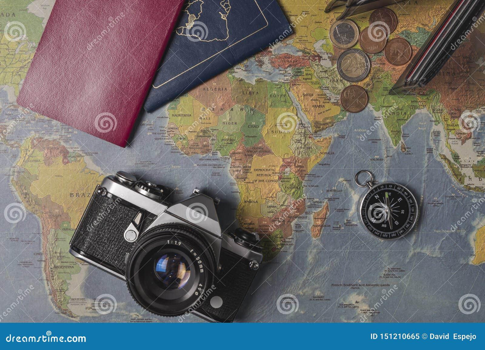 Reis op de wereldkaart die wordt geplaatst Portefeuille, euro, camera, paspoorten, kompas
