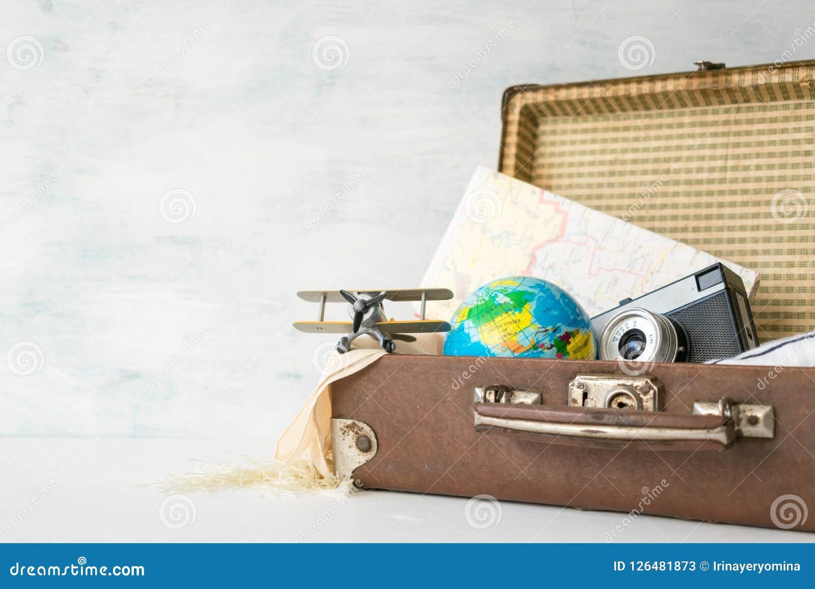 Reise, Abenteuer, Ferienkonzept Retro- Koffer Browns mit t