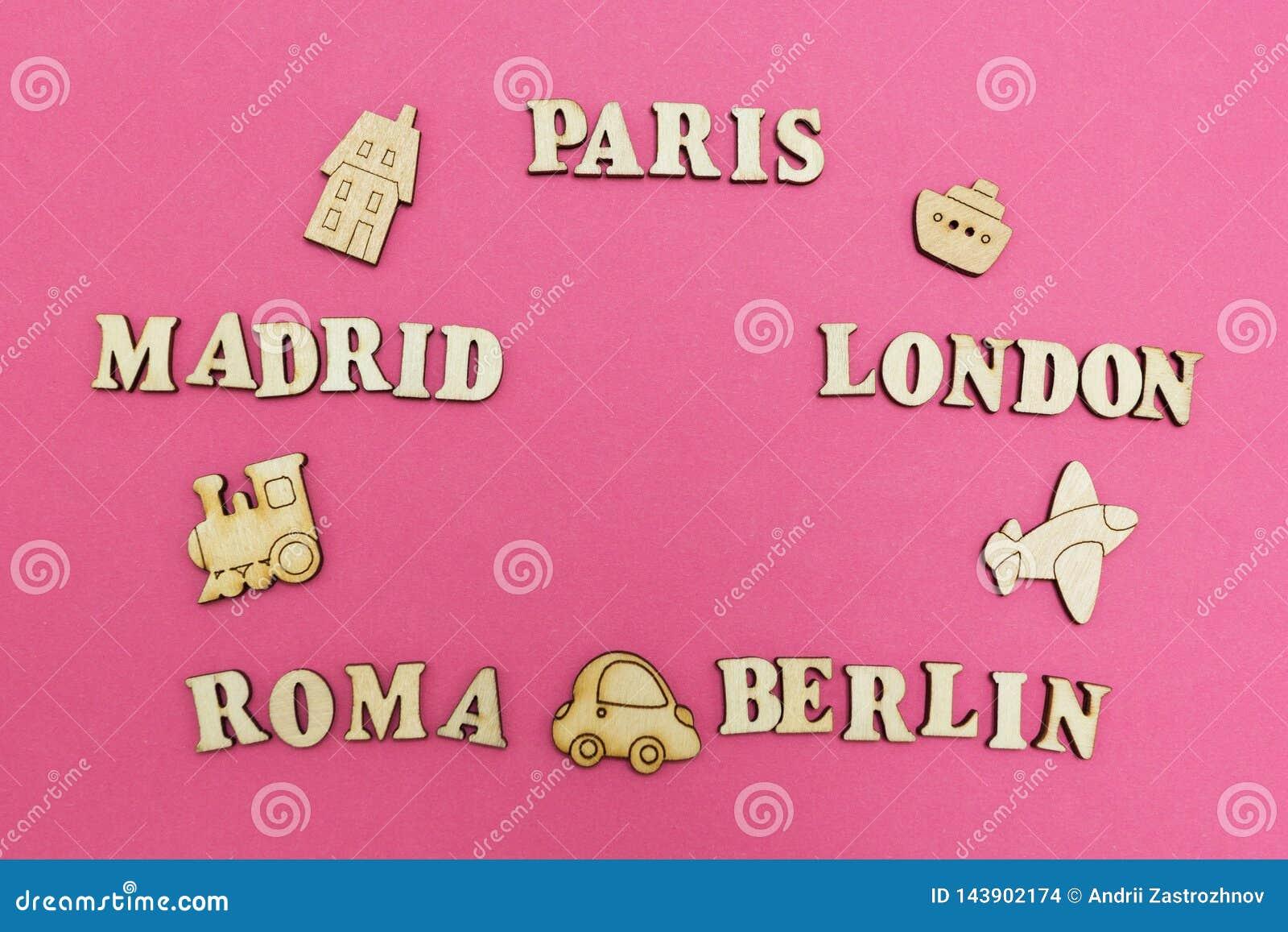 Reise auf der ganzen Welt, die Namen von Städten: 'Paris, London, Madrid, Berlin, Rom 'auf einem rosa Hintergrund Hölzerne Zahlen