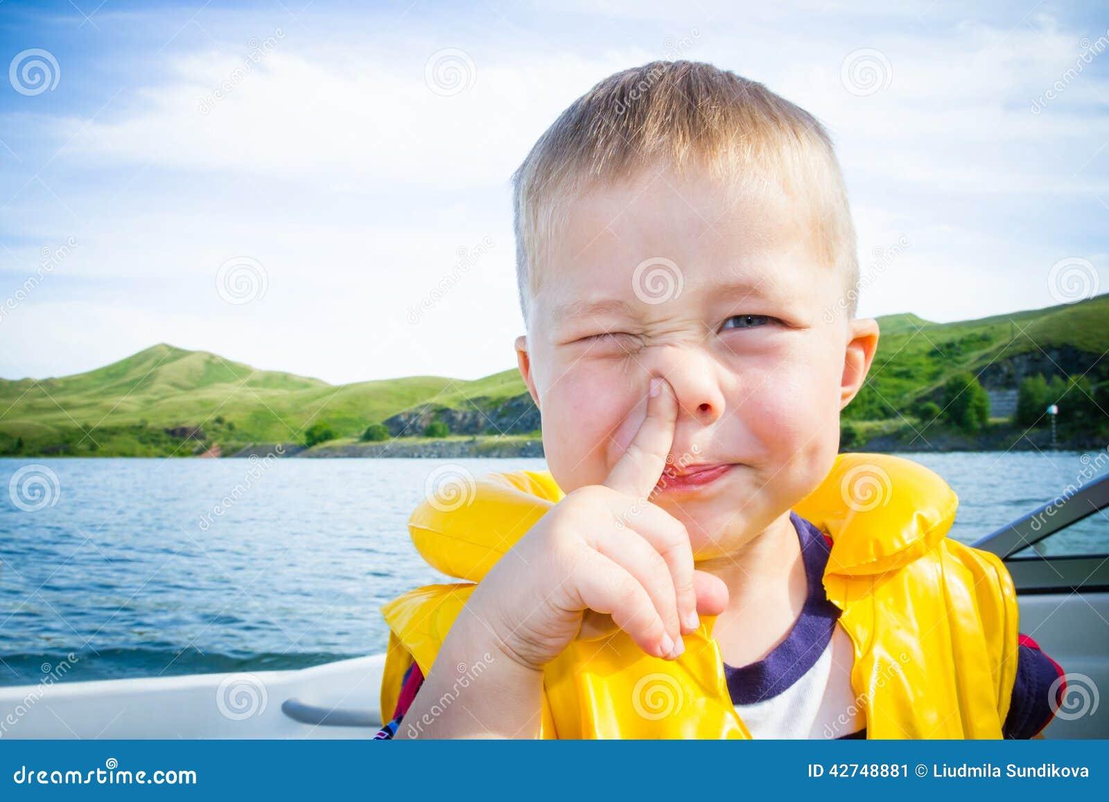 Reise der Kinder auf Wasser im Boot