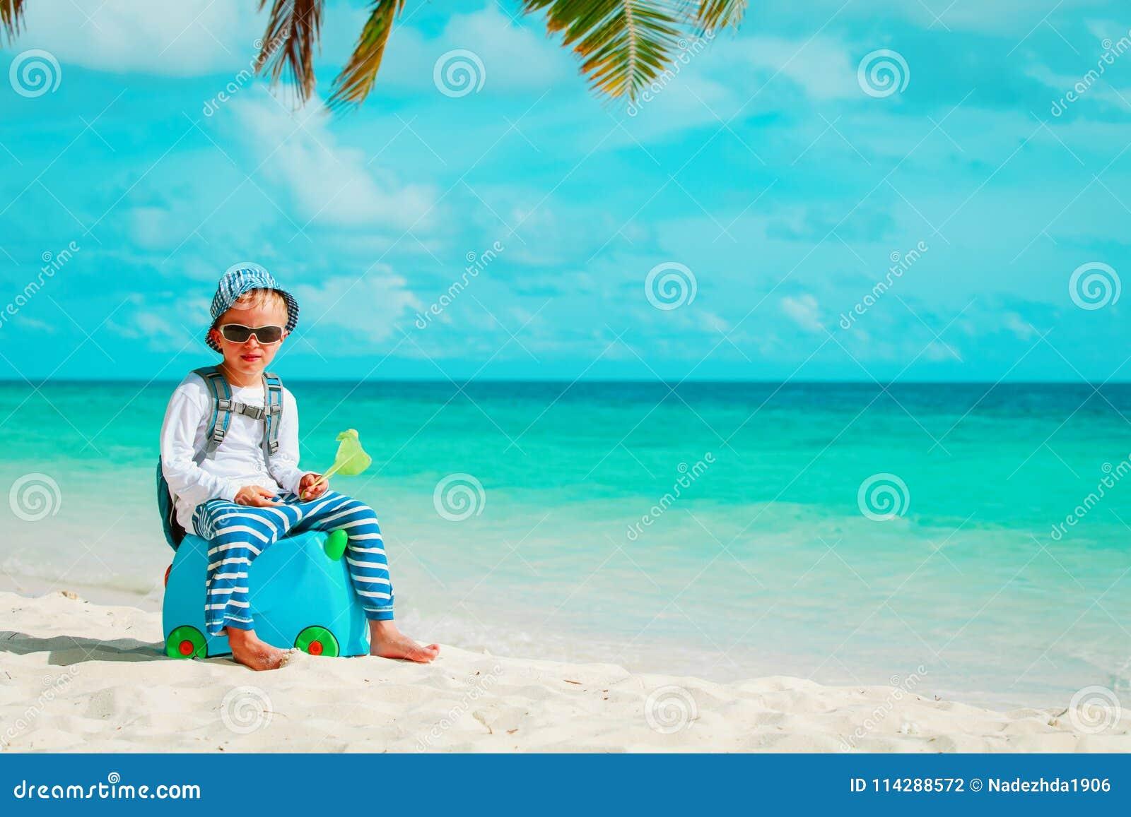 Reise des kleinen Jungen auf tropischem Strand