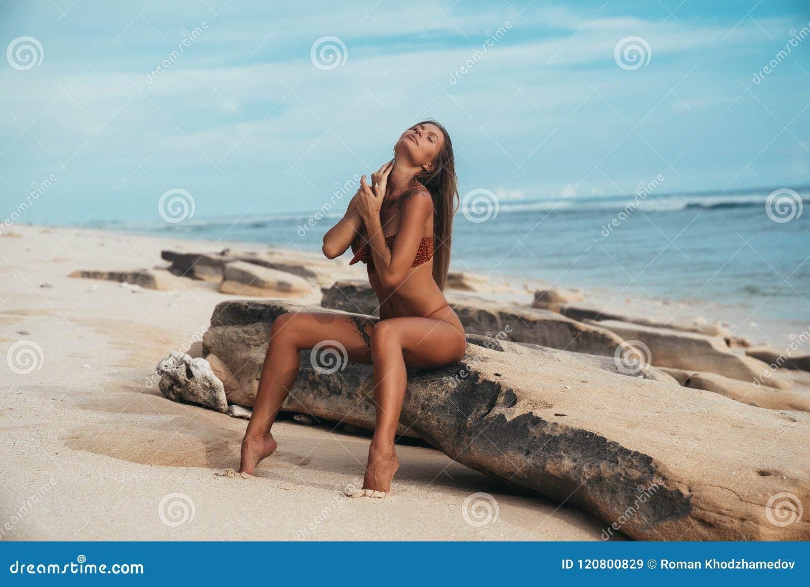 Reise, tropische Länder, Erholung, Lebensstilkonzept Junges schönes Mädchen sitzt auf dem Ufer des blauen Meeres