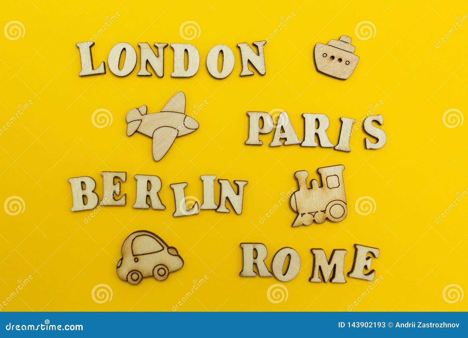 Reise um Europa, die Namen von Städten: 'Paris, London, Berlin, Rom 'auf einem gelben Hintergrund Hölzerne Zahlen eines Flugzeuge