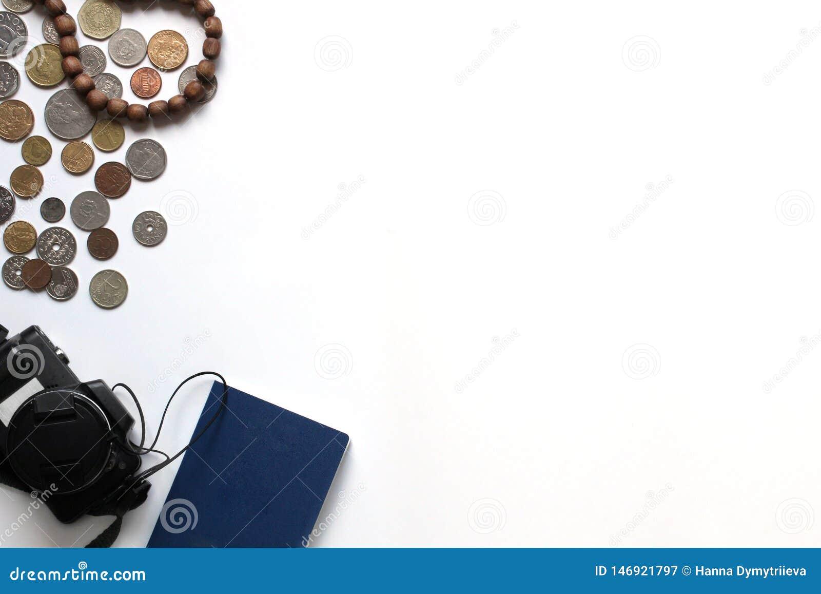 Reise und Feiertage in Europa oder im Ausland Fremde Pässe, Kamera und Münze von verschiedenen Ländern und von Bezeichnungen auf