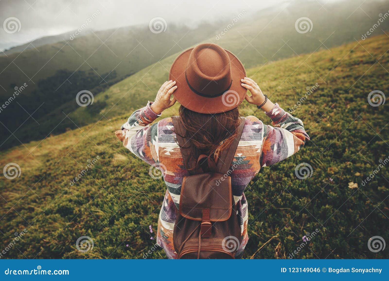 Reise- und Wanderlustkonzept stilvoller Reisendhippie-Mädchen hol