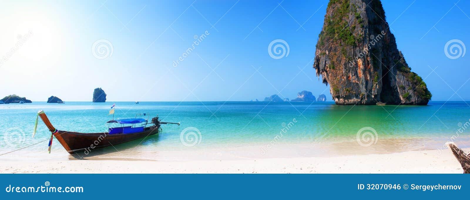 Reiseboot auf Thailand-Inselstrand. Tropisches Küste Asien-landsc