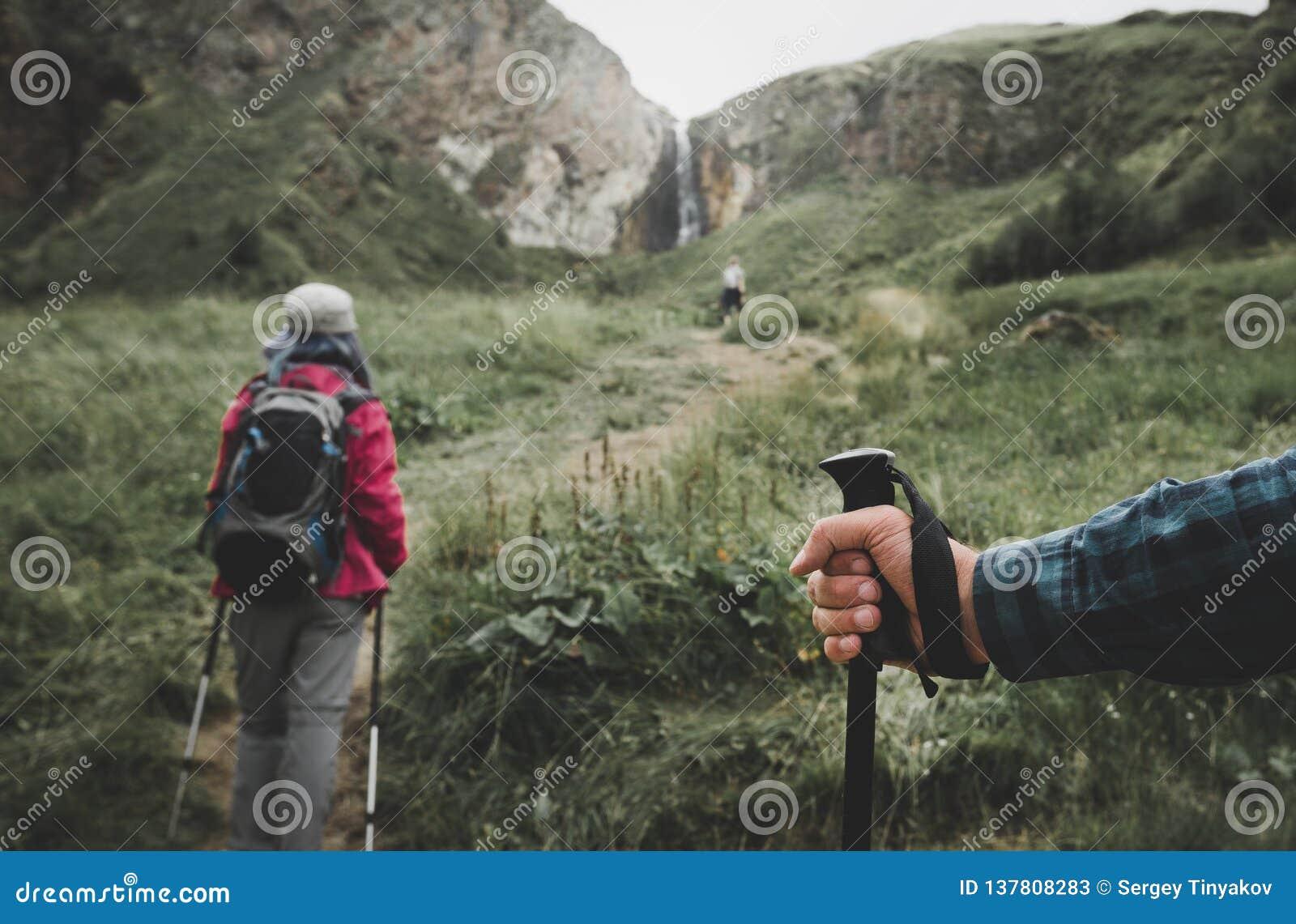 Reisende in den Bergen, Wanderstock in der Hand einer Reisend-Personen-Nahaufnahme Wanderlust-Reise-Lebensstil-Ferien-Konzept