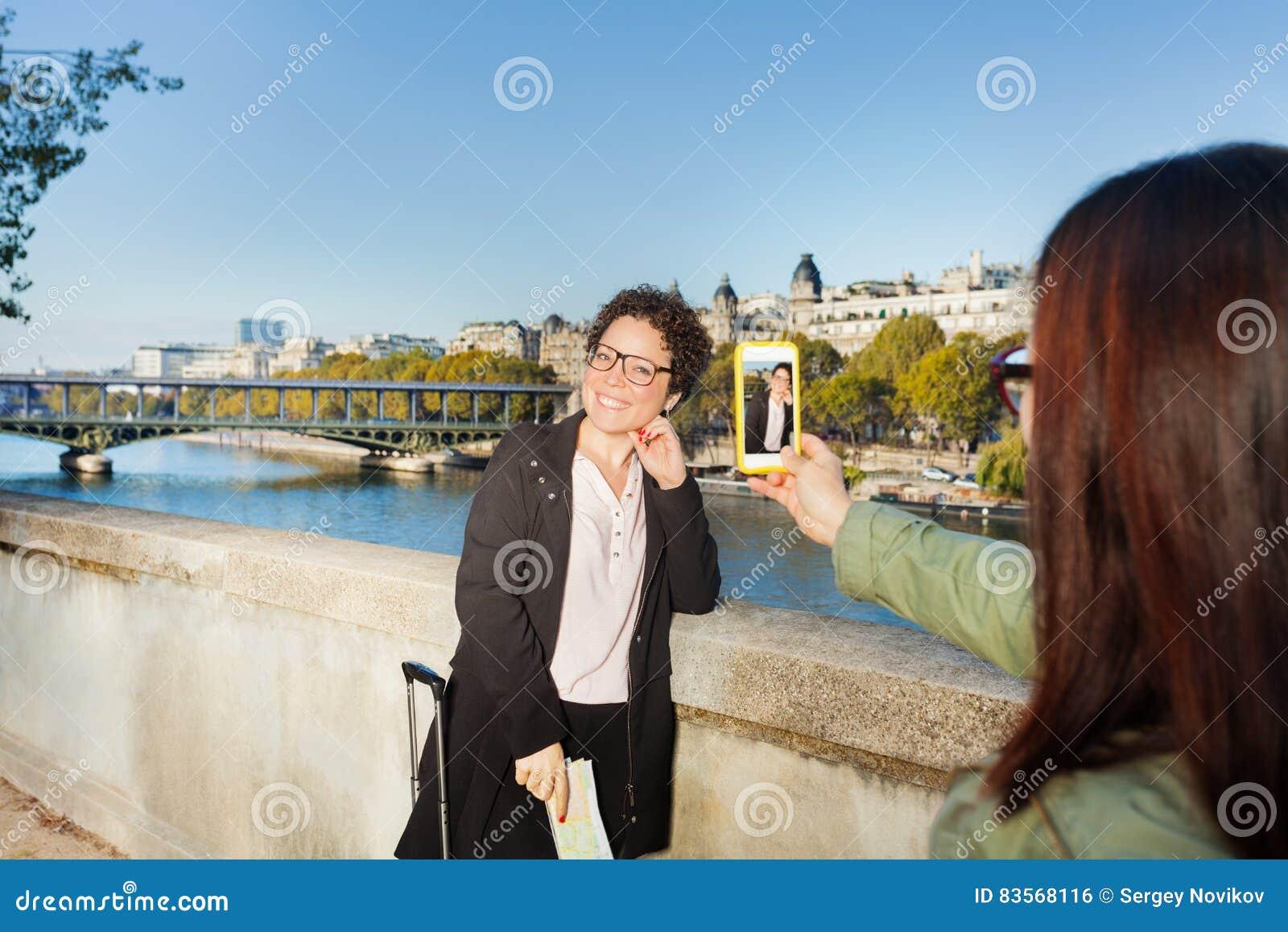 Reisende, die Karte gegen den Eiffelturm lesen