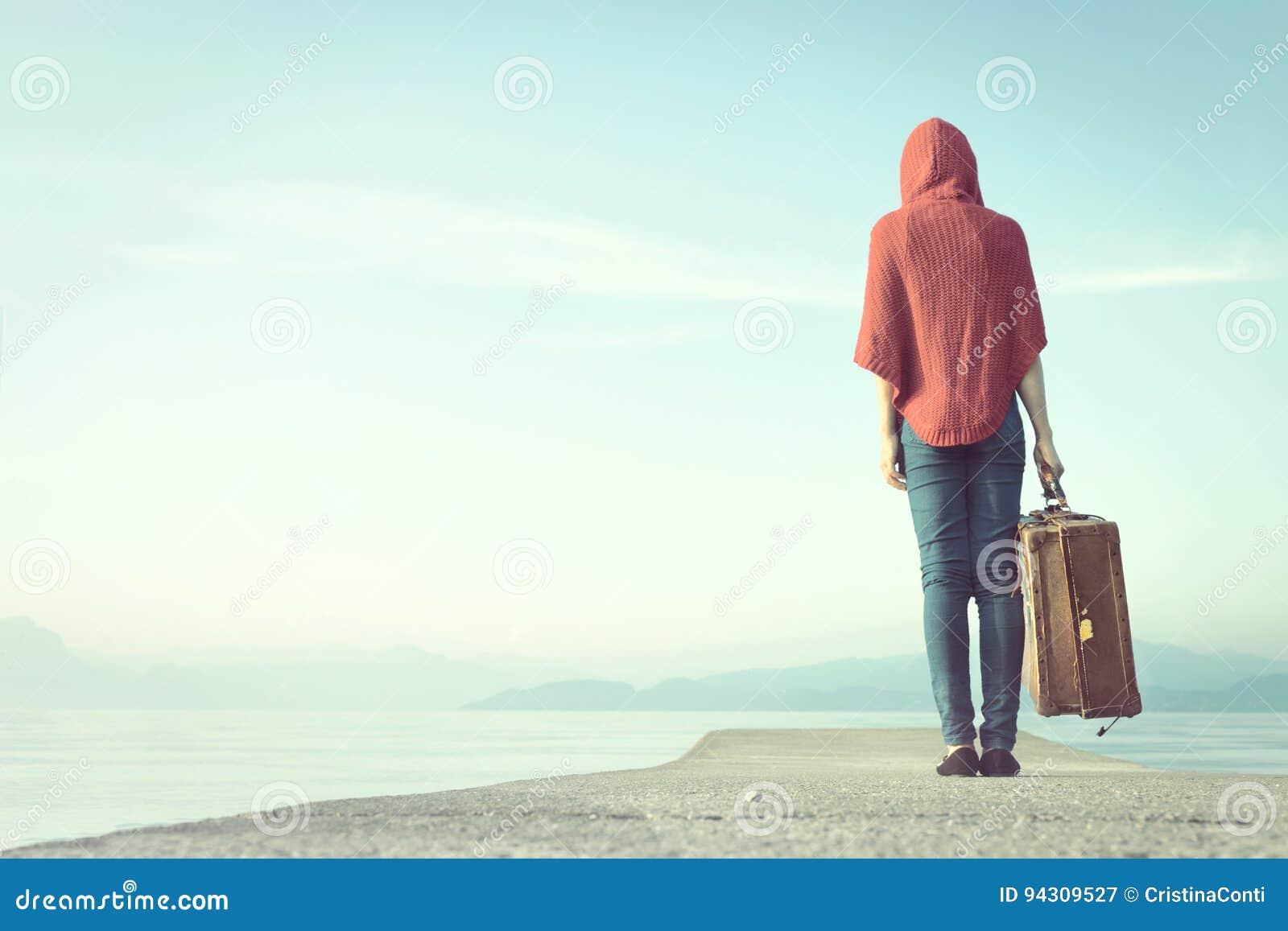 Reisende Frau geht in Richtung zur Unendlichkeit für ihre Reise