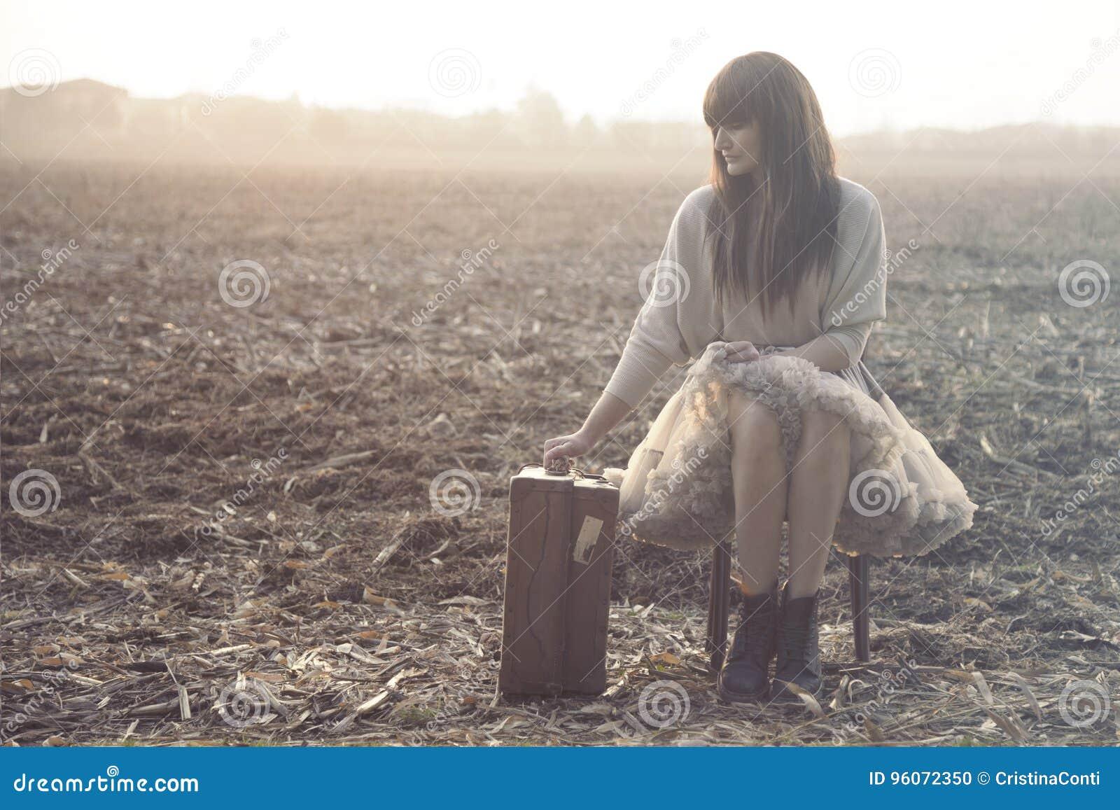 Reisende Frau setzt sich hin, um nach einer langen Reise stillzustehen