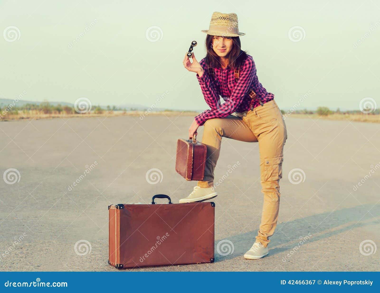 Reisender mit Ferngläsern und Koffer