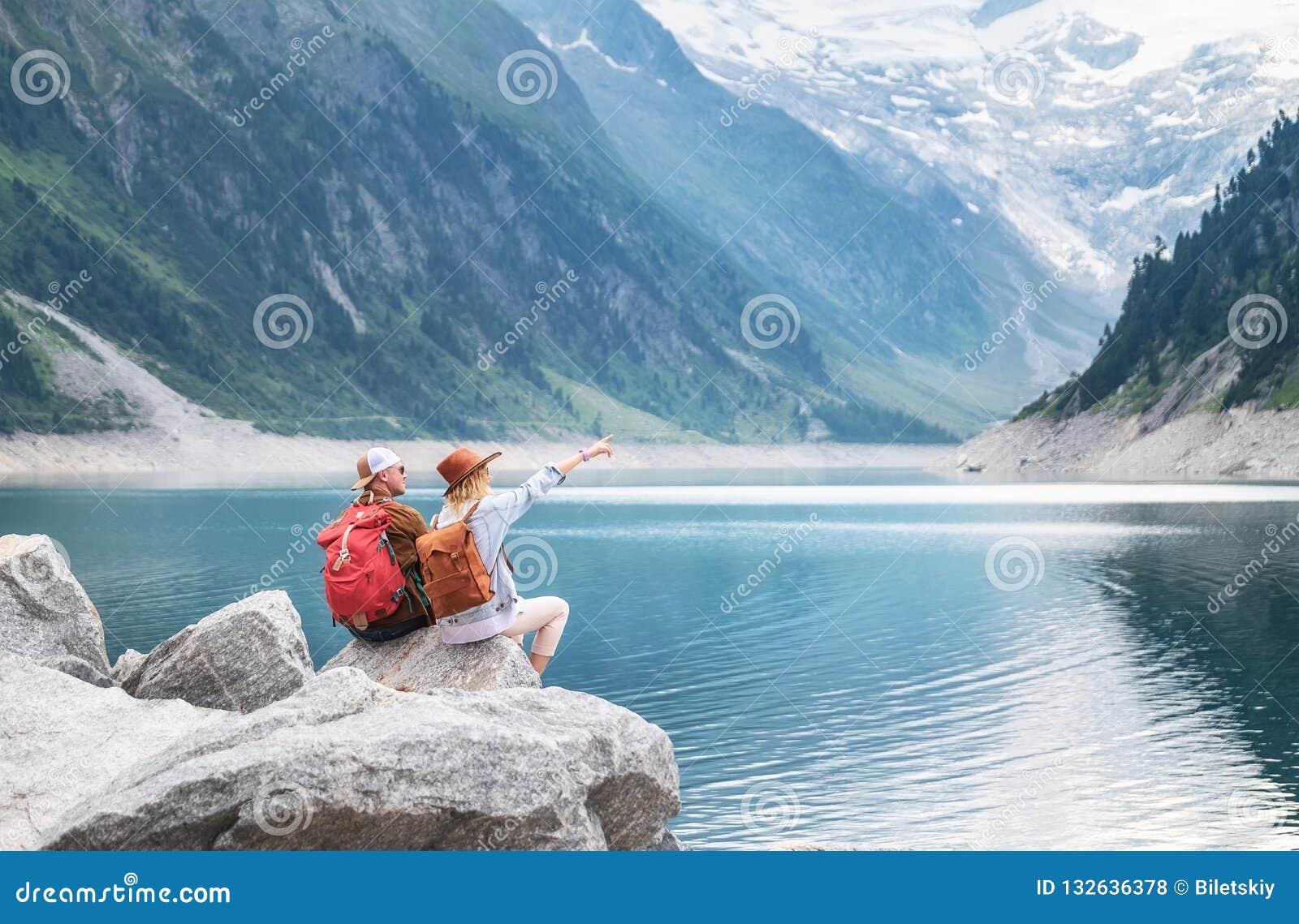 Reisendpaarblick am Gebirgssee Wagen Sie und reisen Sie in die Gebirgsregion im Österreich