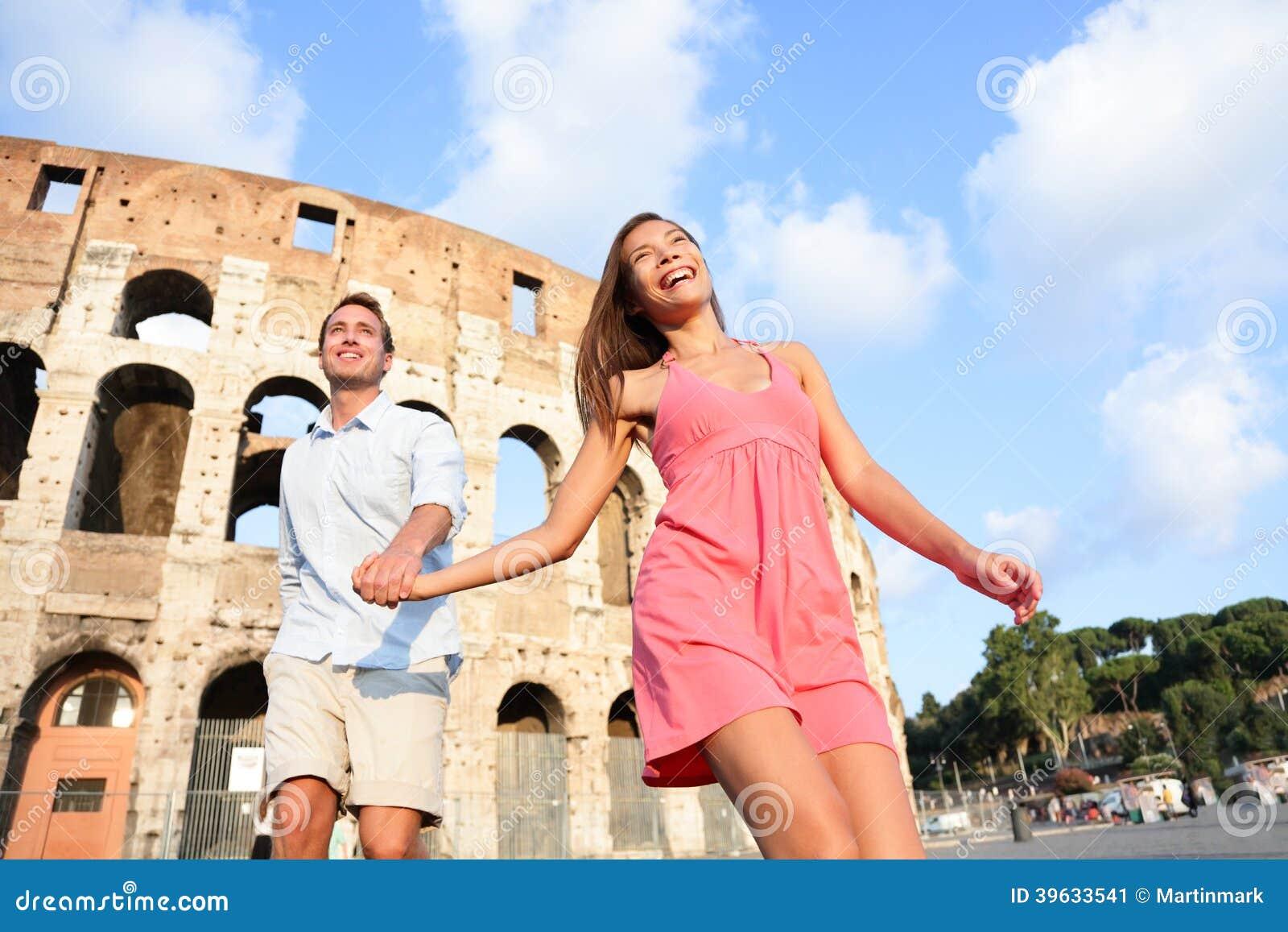 Reispaar in Rome door Colosseum lopende pret