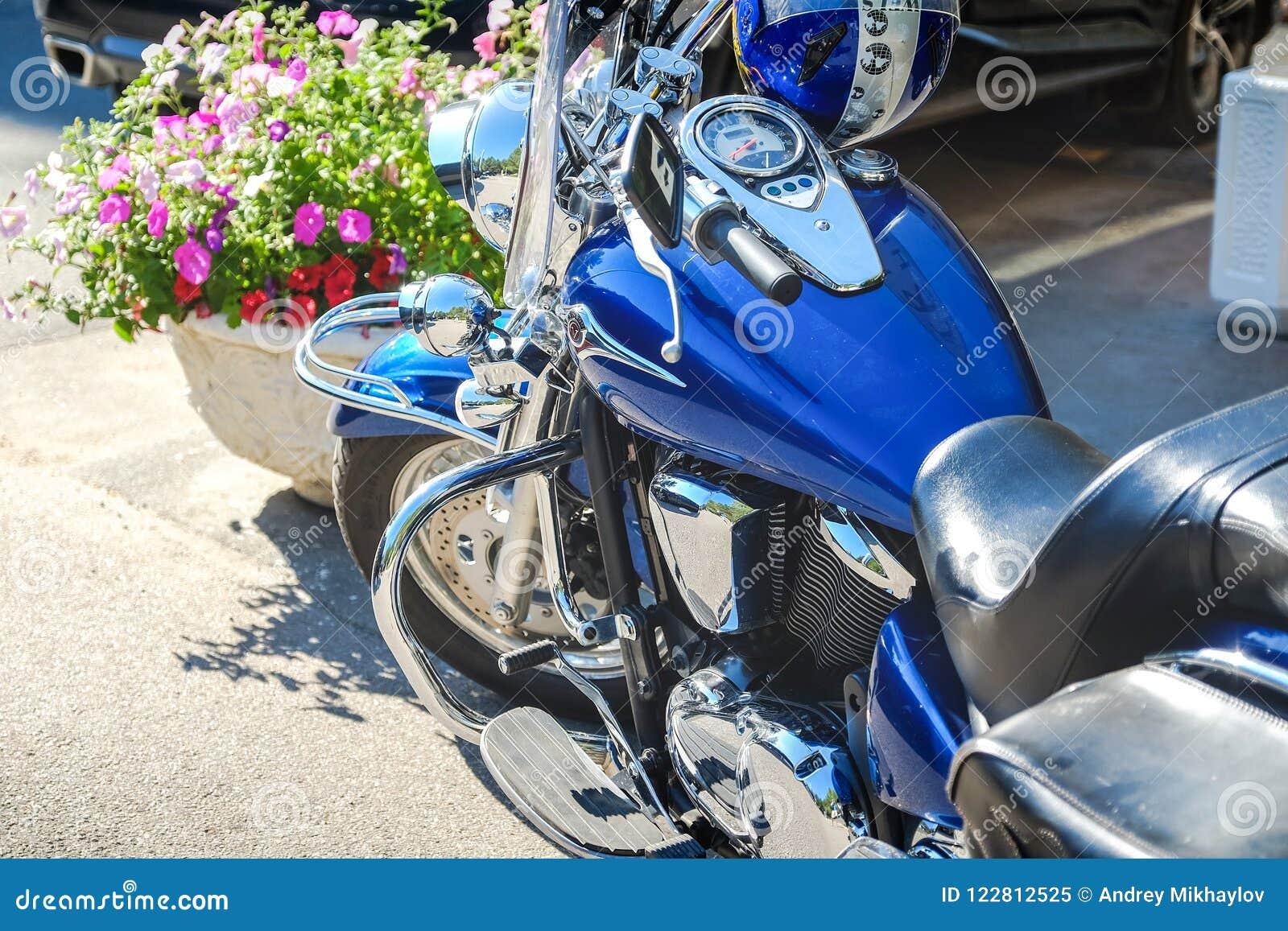 Reiter lieben Geernteter Schuss des Schusses der Motorradgabeln, -reifens und -Vorderrads Scheibenbremsanlage auf einem Motorrad