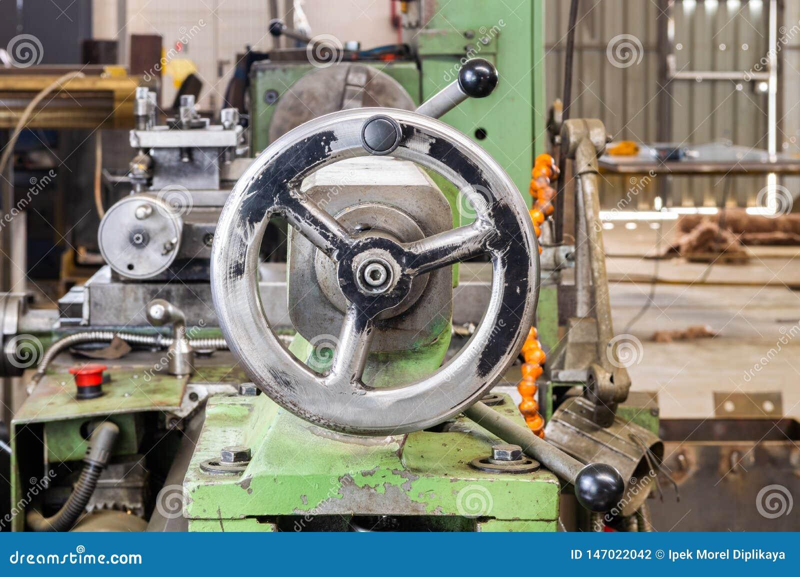 Reizbares Rad auf industrieller Drehbankmaschine in der Fabrik
