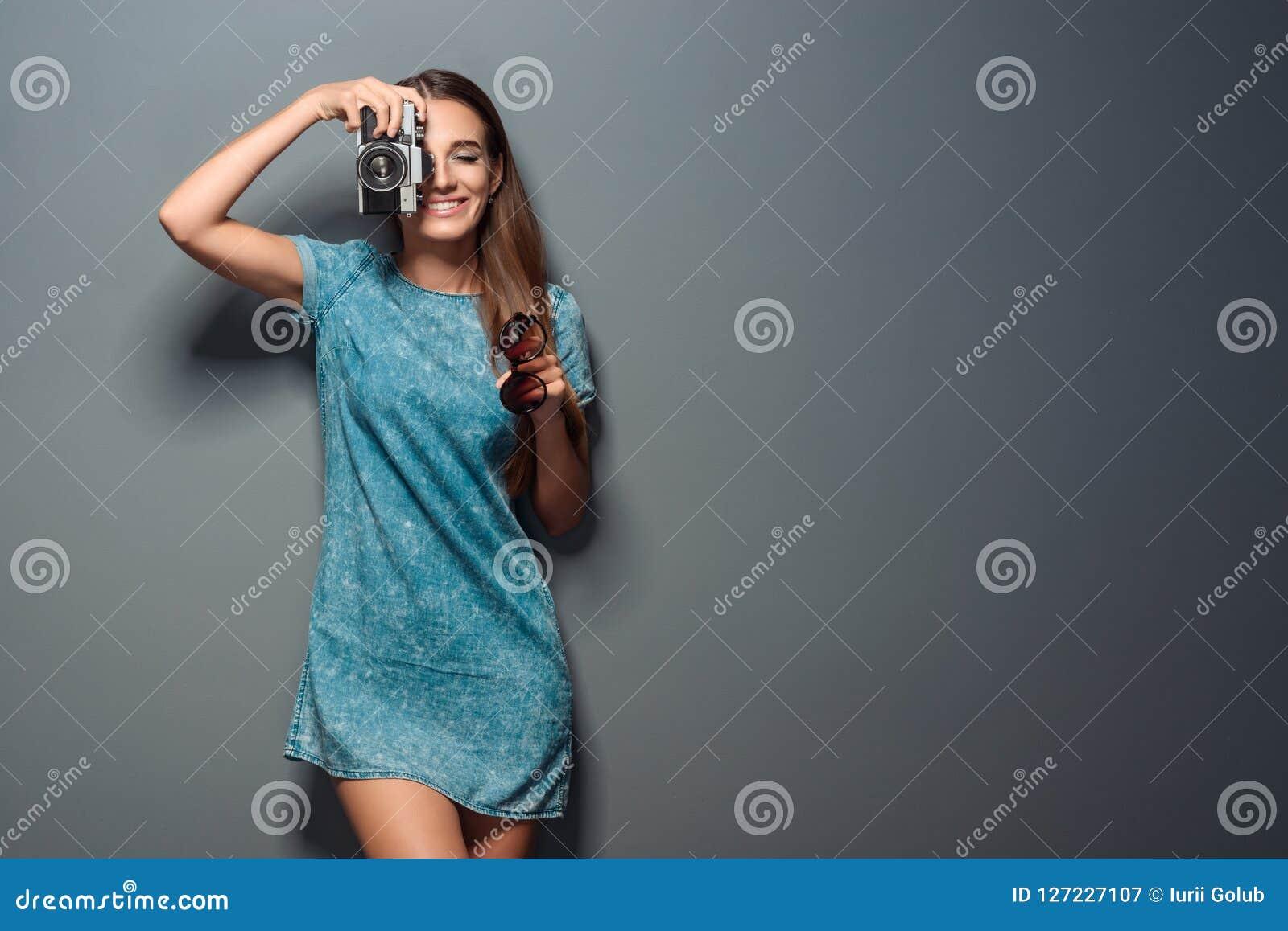 Reizend Fotograf nimmt einen Schuss
