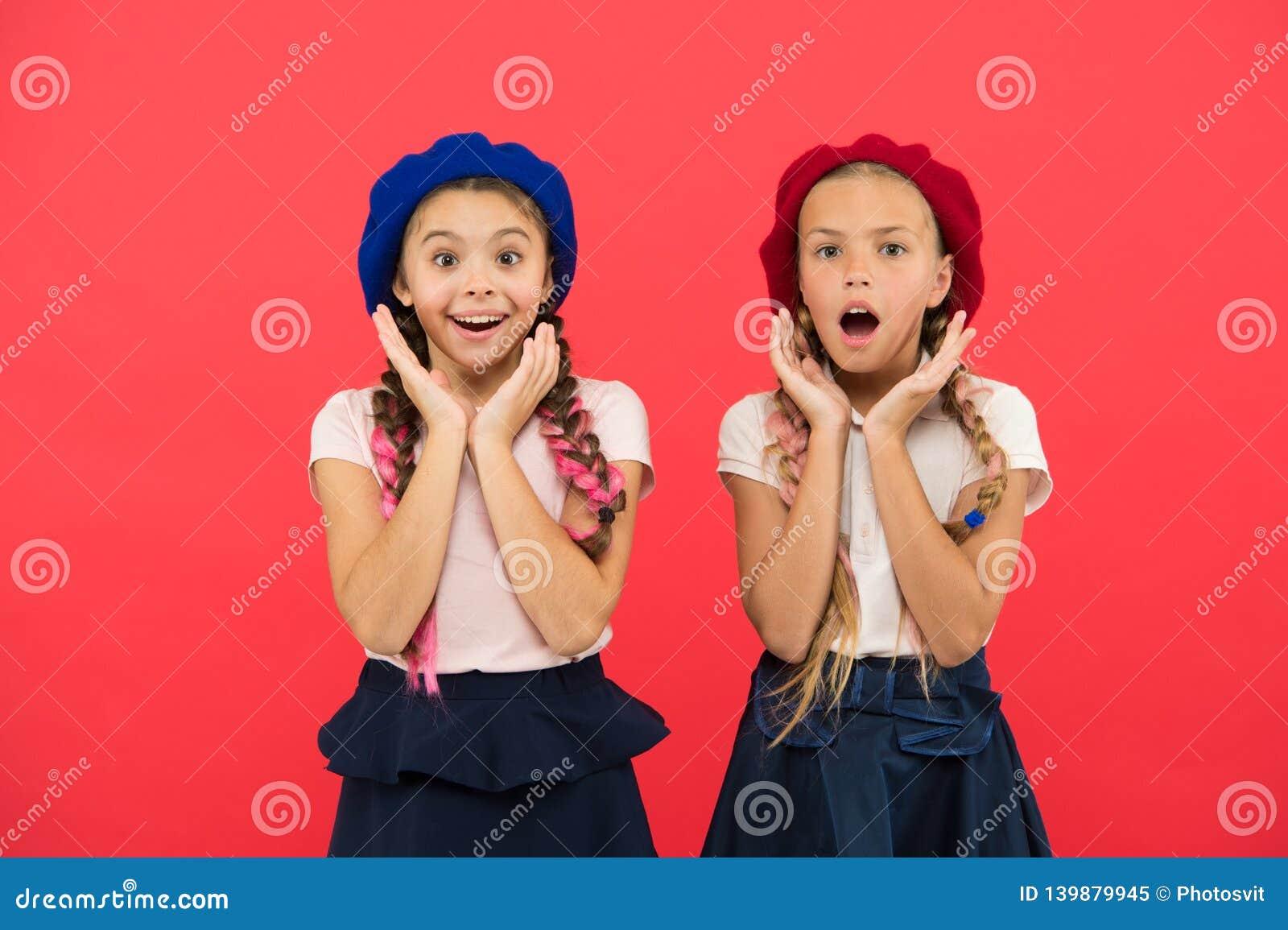 Reizend und schick Nette Mädchen, welche die gleiche Frisur haben Kleine Kinder mit langen Haarzöpfen Modemädchen mit gebunden
