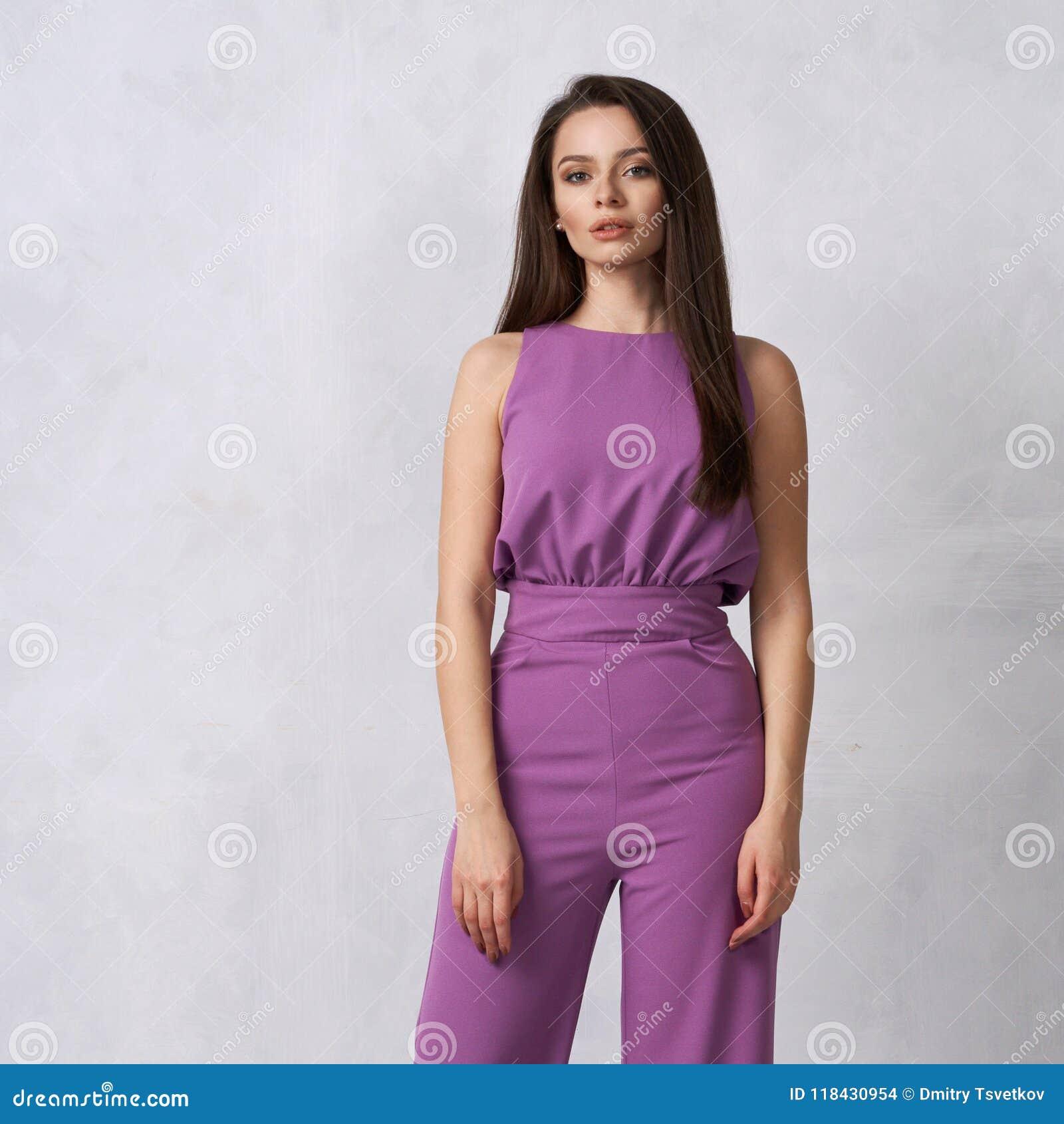 Reizend weibliches Modell im purpurroten Overall