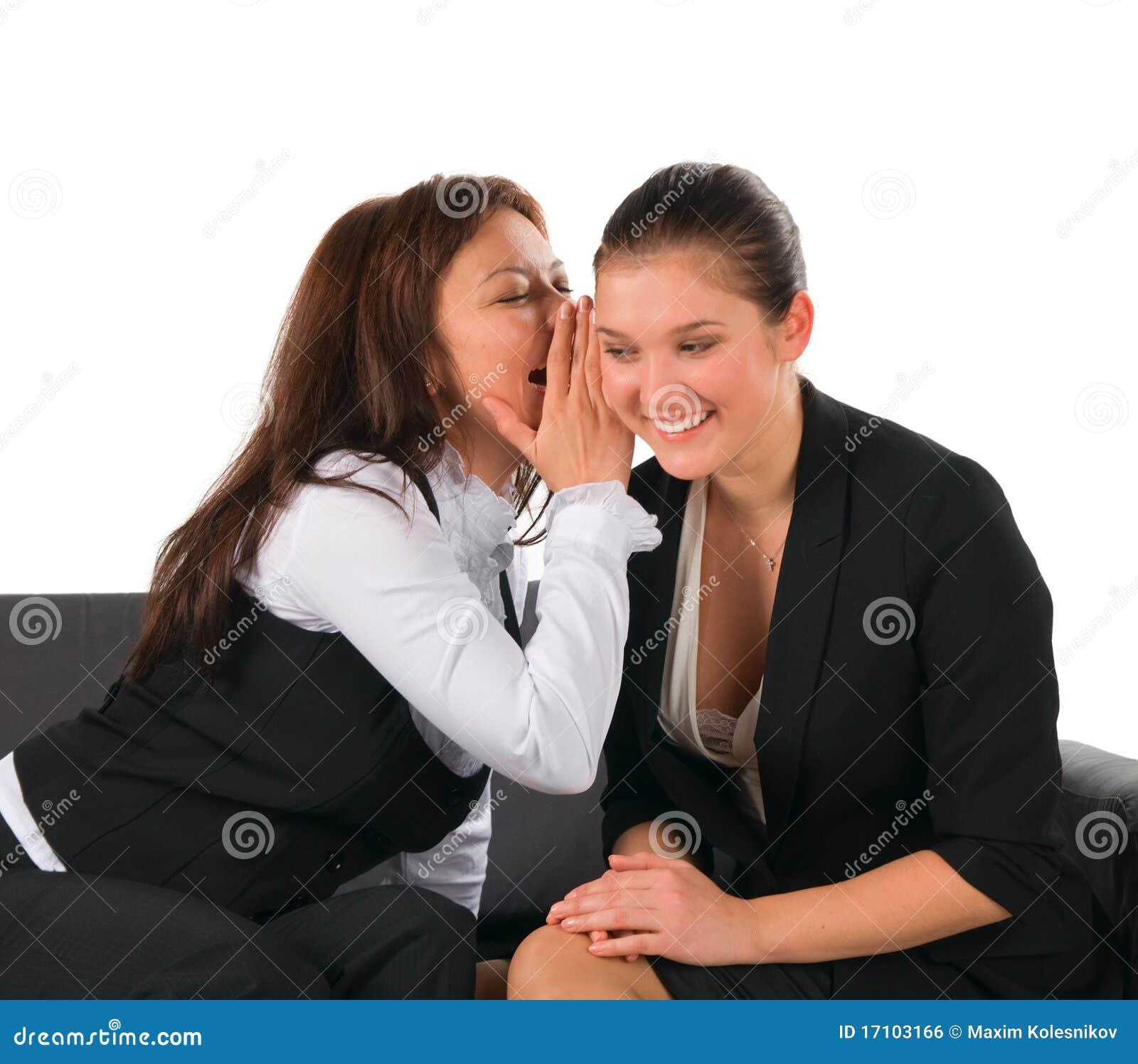 Reizende Gesprächs- und Anteilgeheimnisse mit zwei Freundinnen