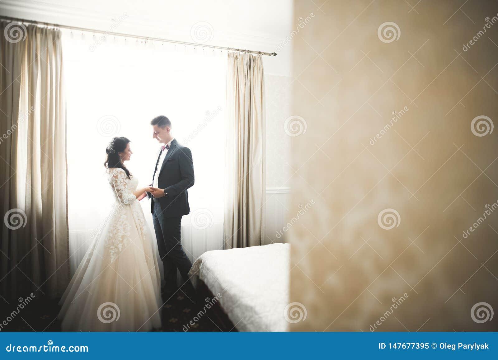Reizende gl?ckliche Hochzeitspaare, Braut mit langem wei?em Kleid