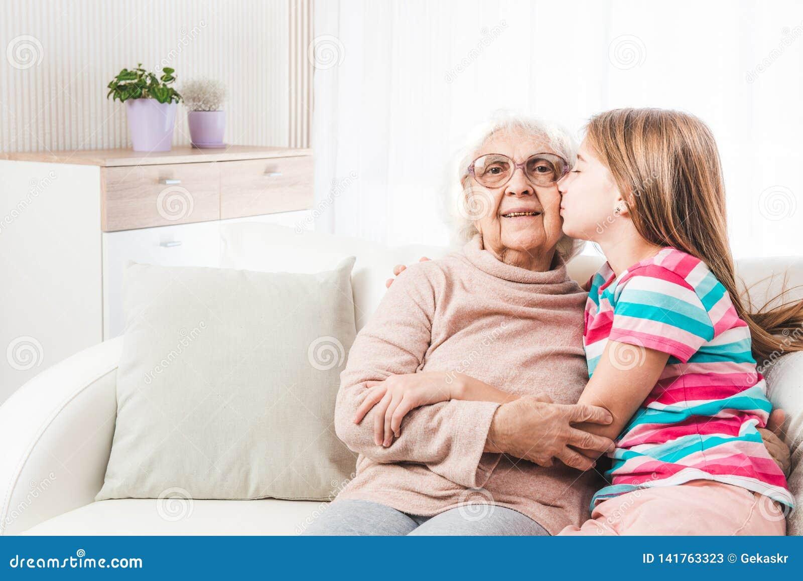 Reizende umarmende Großmutter der Enkelin