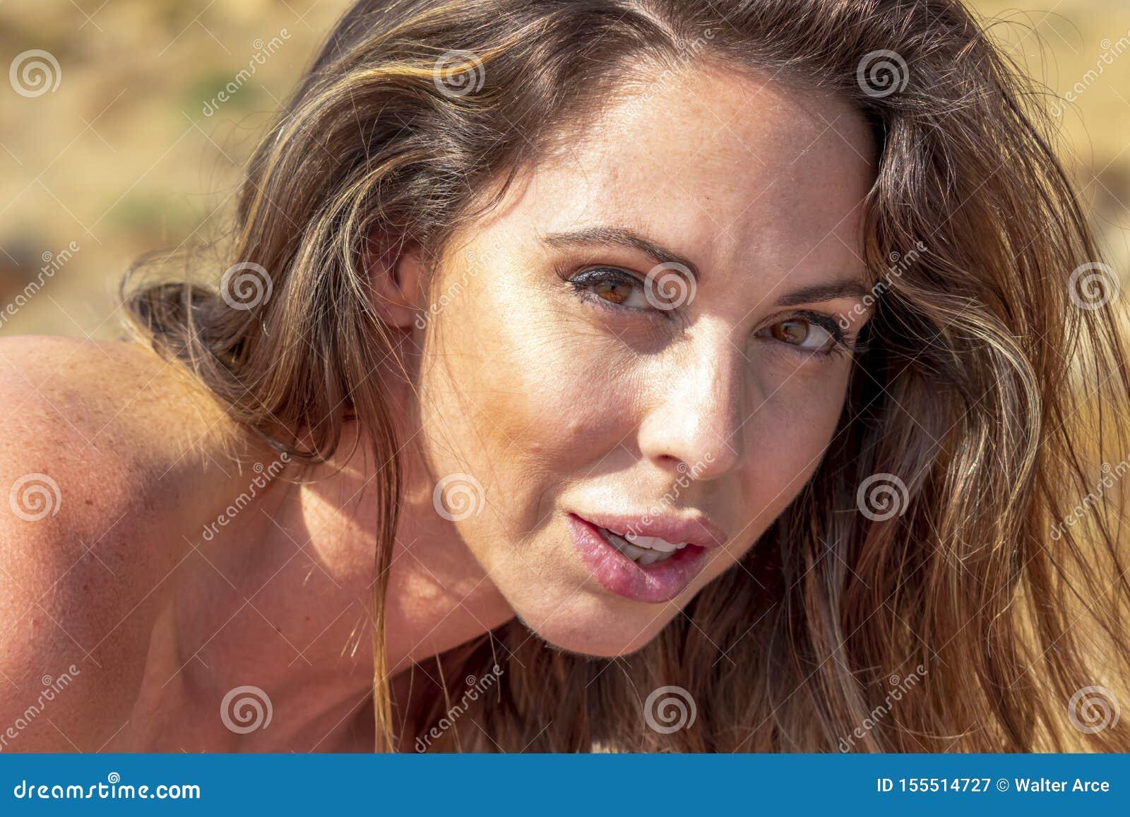 Reizender Brunette Bikini-Modell-Relaxing On The-Strand
