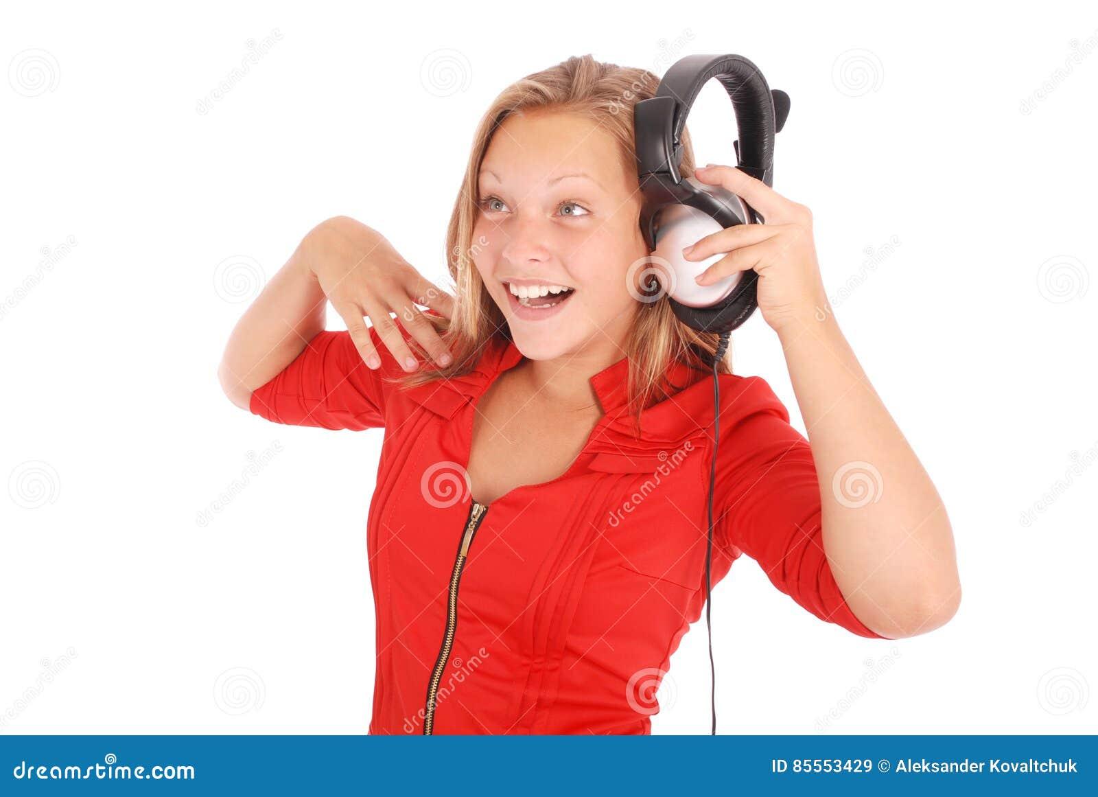 Reizendes hörendes Mädchen eine Musik mit Kopfhörern