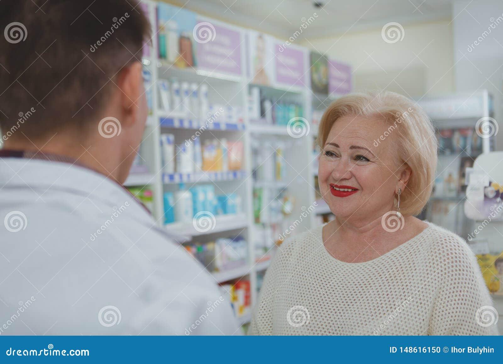 Reizendes ?lteres Fraueneinkaufen am Drugstore