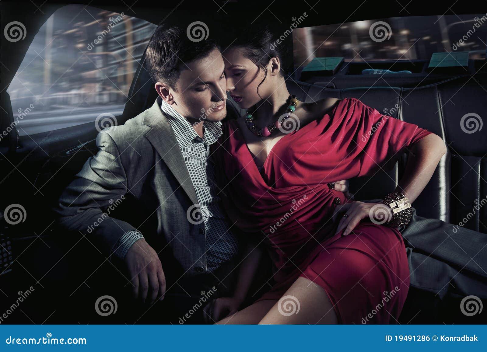 Reizvolle sitzende Paare