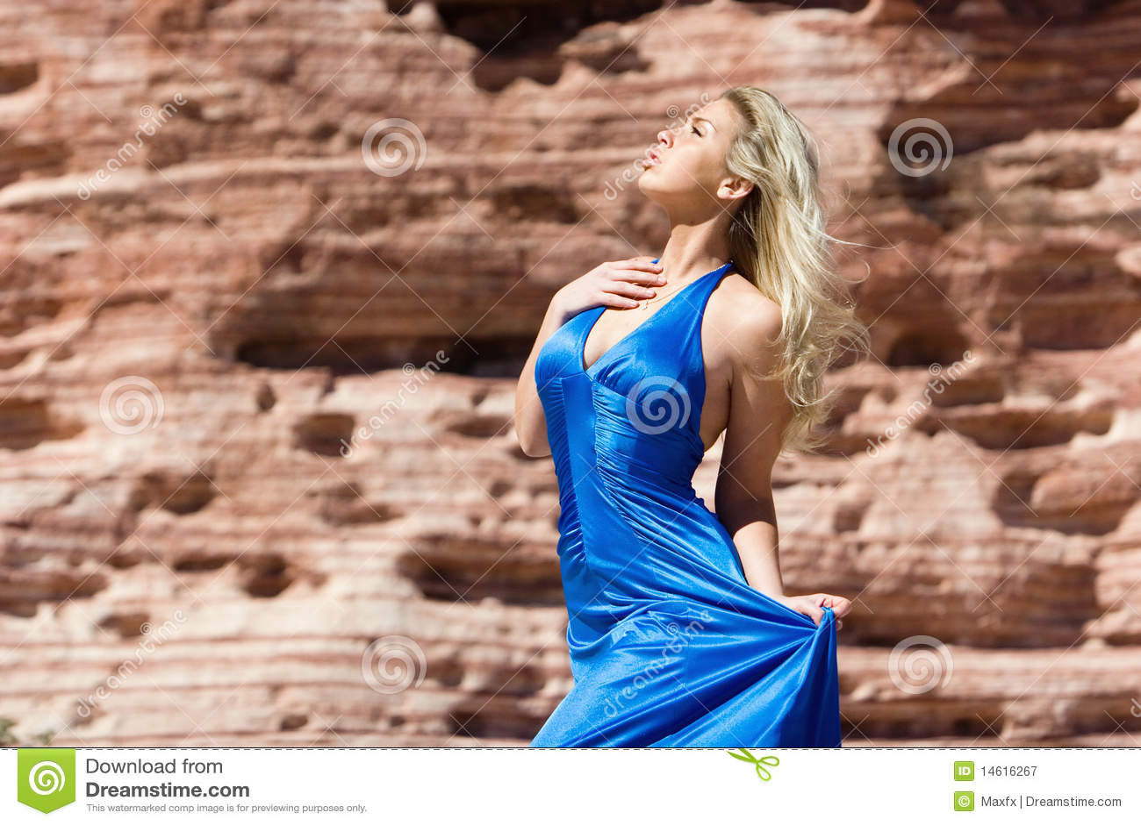 Reizvolles blondes Mädchen im modernen Kleid