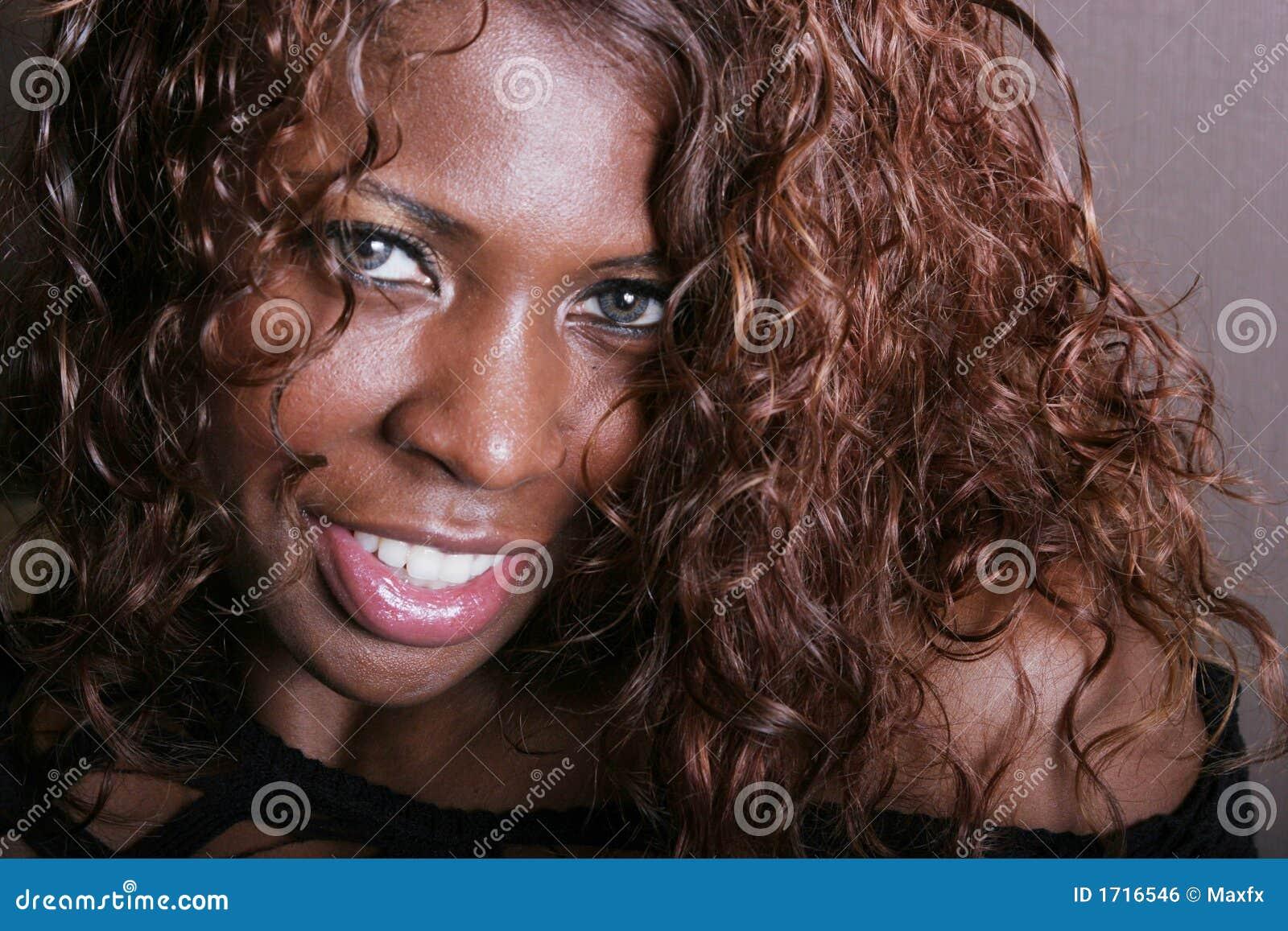 Reizvolles Lächeln der schwarzen Frau