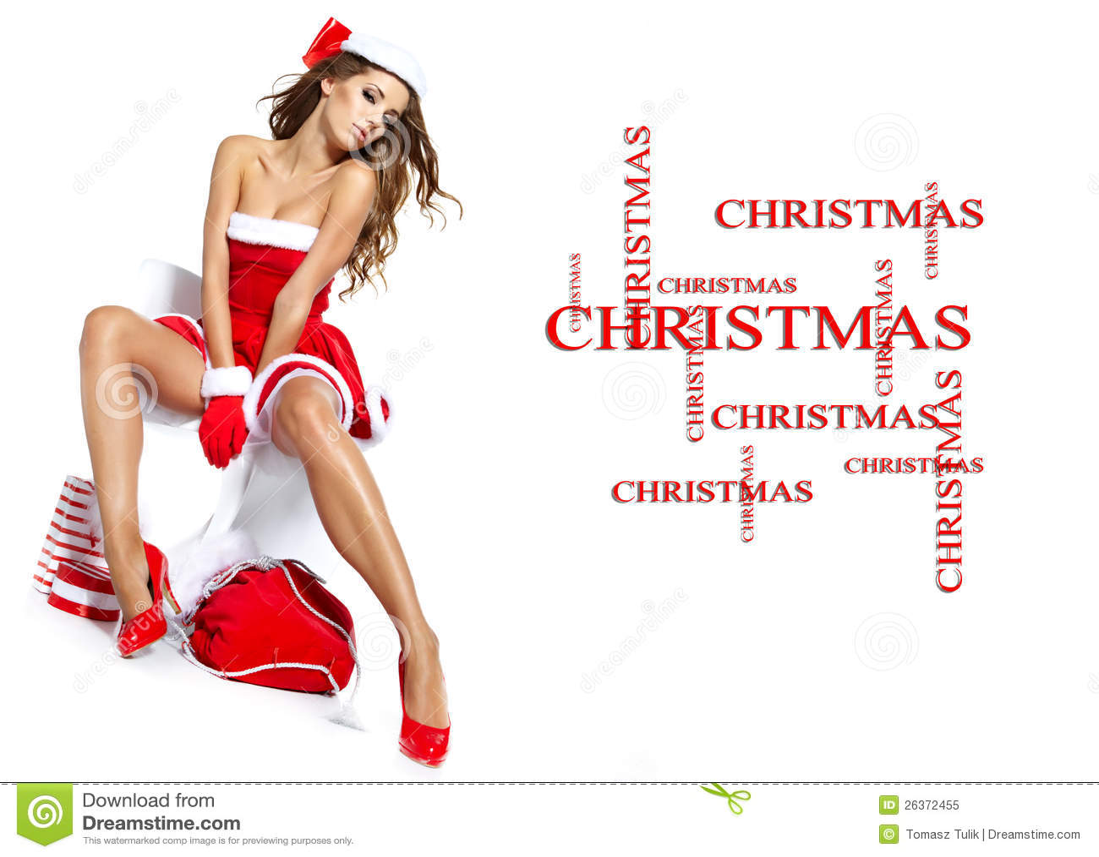Reizvolles Mädchen, das Weihnachtsmann-Kleidung trägt
