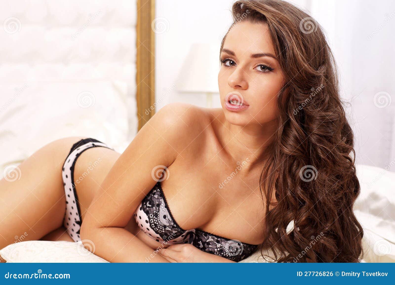 Reizvolles Mädchen im Bett