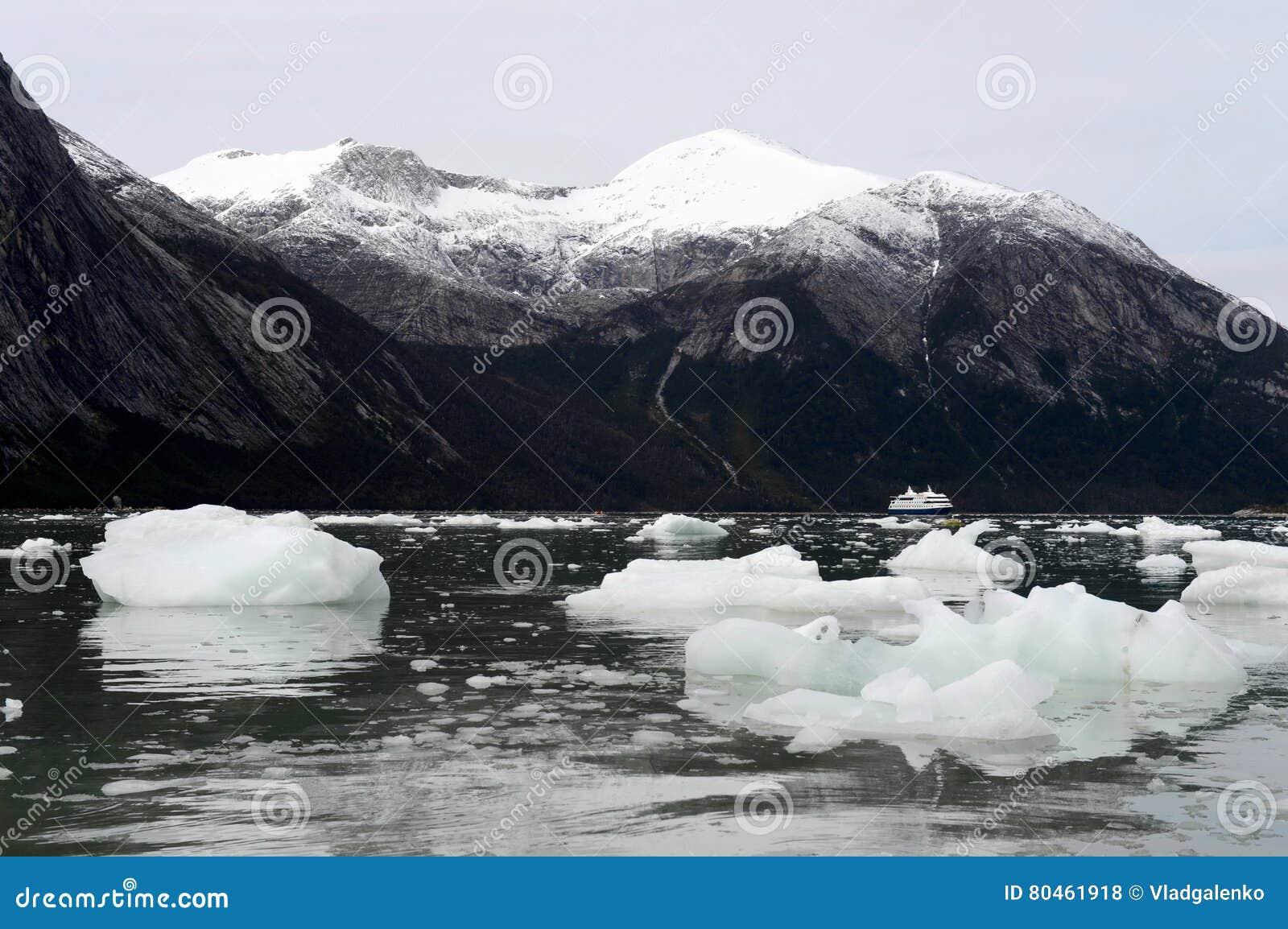 Rejs łódź w fjord Pia