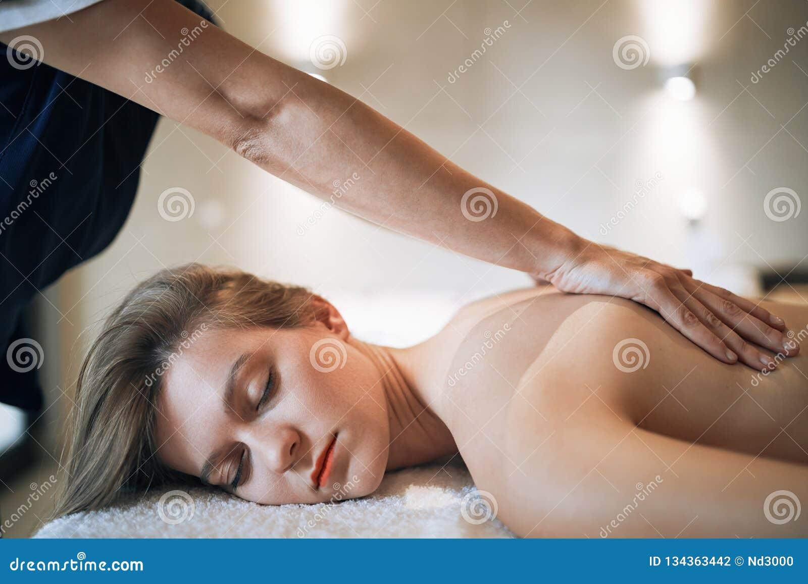 Rejuvenescendo a massagem de relaxamento pelo massagista