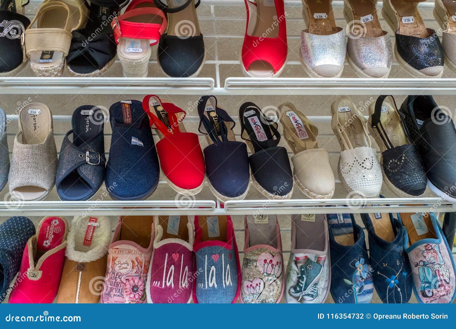 Rek Voor Schoenen.Rek Van Schoenen Sandals En Pantoffels Redactionele Fotografie