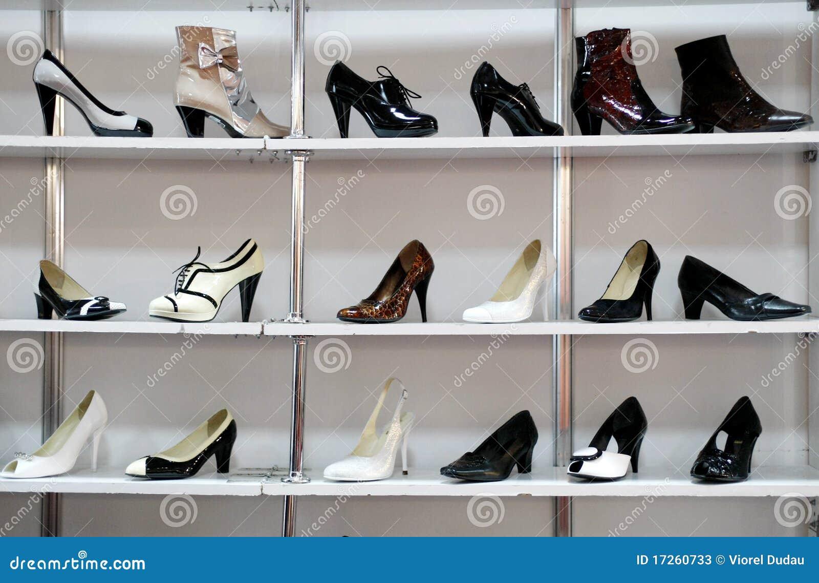 Rek Voor Schoenen.Rek Van Schoenen In Winkel Of Warenhuis Stock Afbeelding
