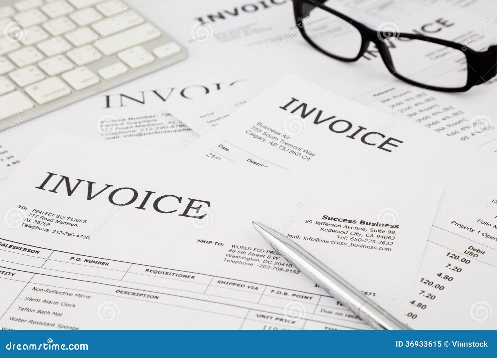 Rekeningen en rekeningen op bureaulijst