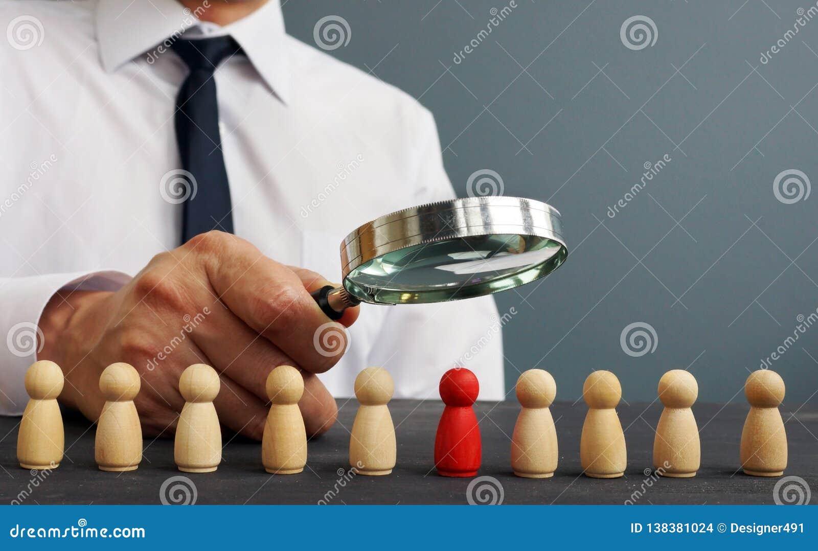 Rekryterare som ser till och med förstoringsglaset på kandidater Hyra och rekrytera