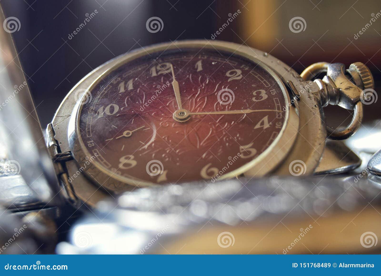 Relógio de bolso do vintage com um seletor vermelho no fim retro do estilo acima