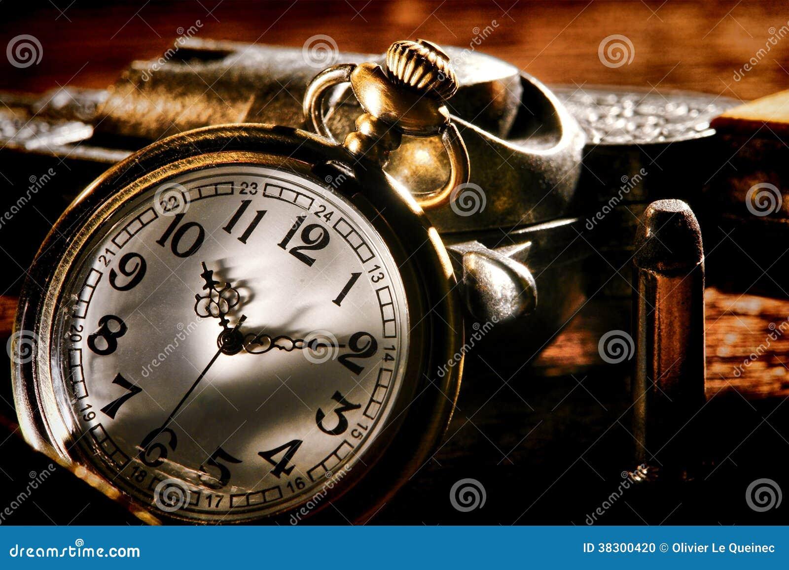 Relógio de bolso e arma antigos ocidentais americanos do fora da lei