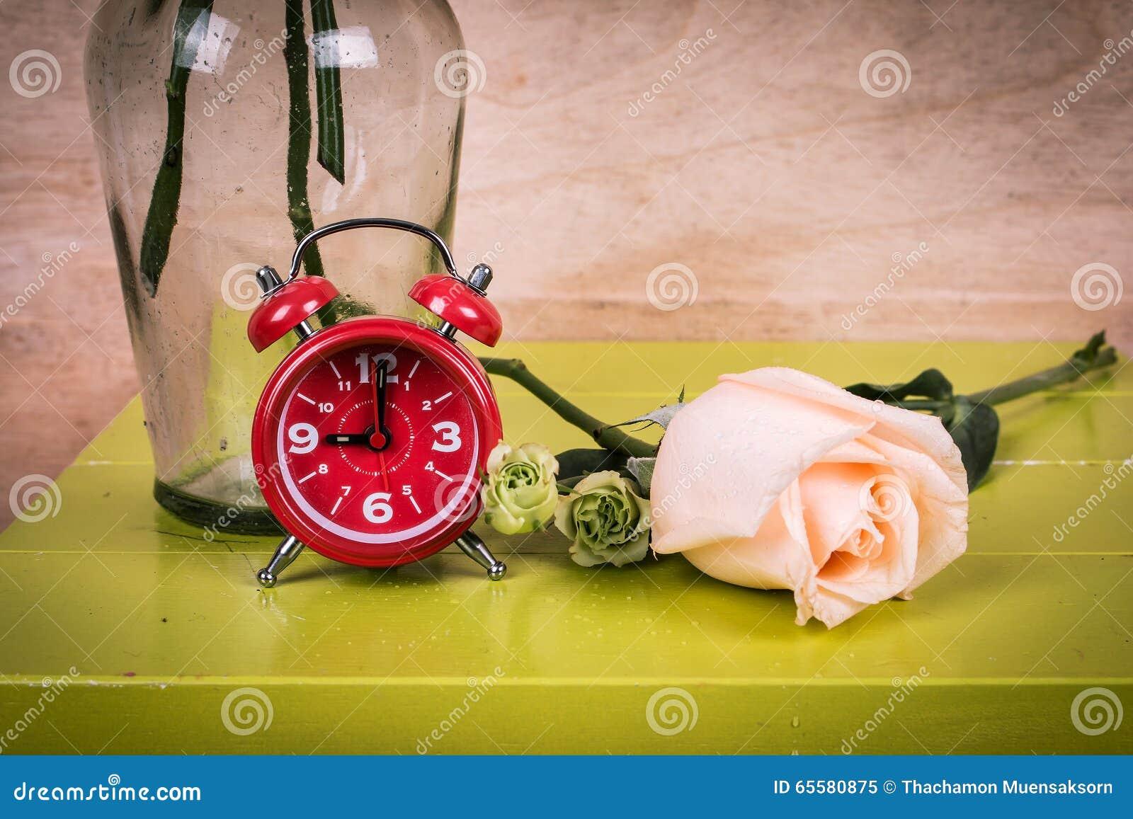 Relógio e flor cor-de-rosa